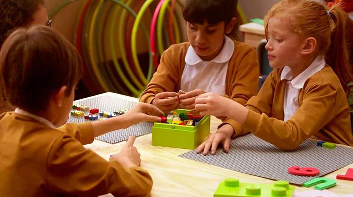 Dzieci ucza się Braille'a za pomoca klockow wygladajacych jak Lego3