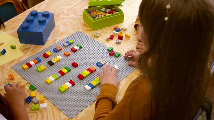Dzieci ucza się Braille'a za pomoca klockow wygladajacych jak Lego5