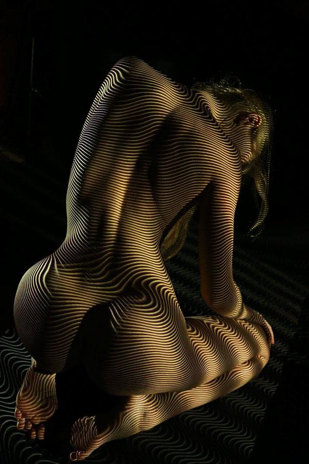 Fotograf ubiera naga kobiete za pomoca swiatła i ceni1