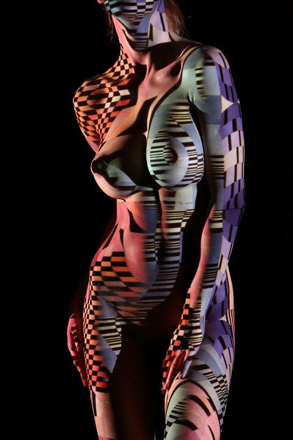 Fotograf ubiera naga kobiete za pomoca swiatła i ceni10jpg