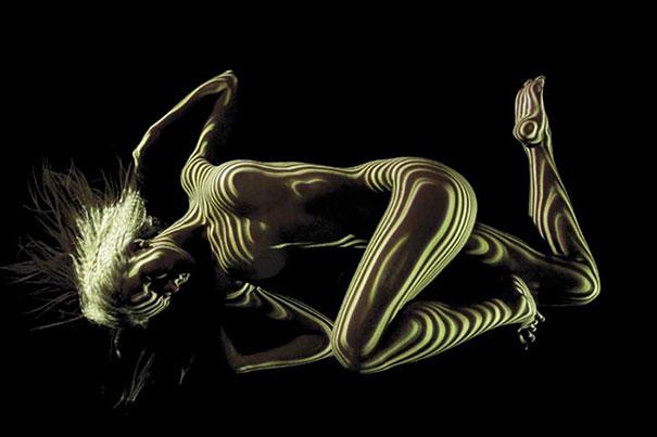 Fotograf ubiera naga kobiete za pomoca swiatła i ceni6